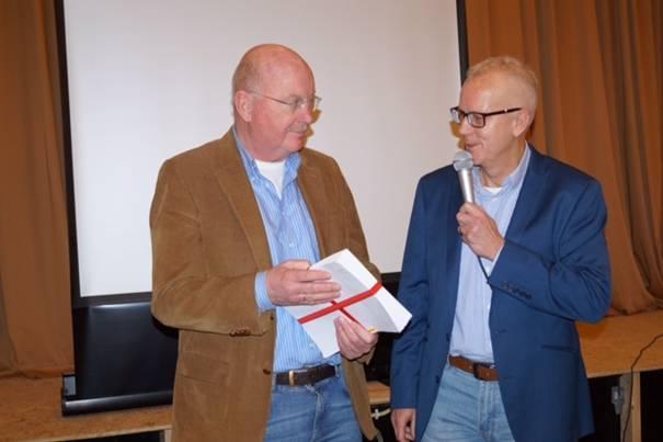 Voorzitter Nico van Egmond (r) overhandigt de petitie aan wethouder Bert Doorn (l)